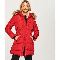 Pikowany płaszcz z kapturem - Czerwony. Czerwone płaszcze damskie marki Reserved. Za 229,99 zł.