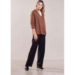 Swetry klasyczne damskie: Vanessa Bruno HAPPY Sweter ocre