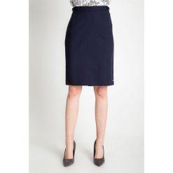 Spódnice wieczorowe: Granatowa gładka ołówkowa spódnica  QUIOSQUE