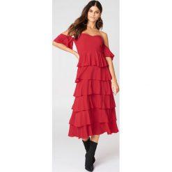 NA-KD Boho Sukienka z odkrytymi ramionami - Red. Czerwone sukienki boho marki Mohito, l, z materiału, z falbankami. W wyprzedaży za 60,89 zł.
