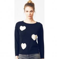 Sweter kaszmirowy w kolorze granatowym. Niebieskie swetry klasyczne damskie marki Ateliers de la Maille, z kaszmiru, z dekoltem w łódkę. W wyprzedaży za 545,95 zł.