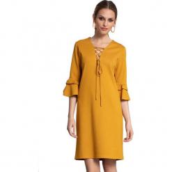 Sukienka w kolorze żółtym. Żółte sukienki marki Almatrichi, s, midi, proste. W wyprzedaży za 199,95 zł.