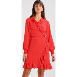 JUST FEMALE HIRO WRAP DRESS Sukienka letnia red /white. Czerwone sukienki hiszpanki JUST FEMALE, na lato, xl, z materiału. W wyprzedaży za 423,20 zł.