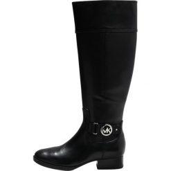 MICHAEL Michael Kors HARLAND Kozaki black. Czarne buty zimowe damskie marki MICHAEL Michael Kors, z gumy, przed kolano, na wysokim obcasie. W wyprzedaży za 579,50 zł.