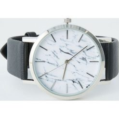 Zegarek z nadrukiem marmuru. Czarne zegarki damskie Pull&Bear. Za 69,90 zł.