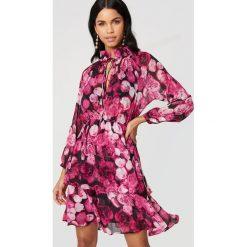 NA-KD Boho Sukienka z marszczoną stójką - Pink,Multicolor. Niebieskie długie sukienki marki NA-KD Boho, na imprezę, w koronkowe wzory, z koronki, boho, na ramiączkach. Za 161,95 zł.