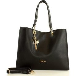 NOBO Designerska torebka miejska na ramię czarny. Czarne kuferki damskie Nobo, w paski, ze skóry, zdobione, z breloczkiem. Za 159,00 zł.