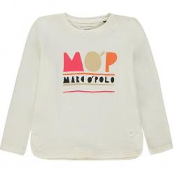 Koszulka w kolorze białym. Białe bluzki dziewczęce z długim rękawem marki Marc O'Polo Junior, z nadrukiem, z okrągłym kołnierzem. W wyprzedaży za 42,95 zł.