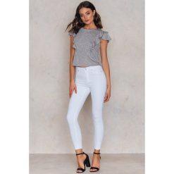 Therese Lindgren Jeansy Frida - White. Zielone jeansy damskie rurki marki Emilie Briting x NA-KD, l. W wyprzedaży za 73,48 zł.