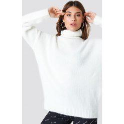 NA-KD Sweter oversize z golfem - Offwhite. Szare swetry oversize damskie NA-KD, z dzianiny. Za 202,95 zł.