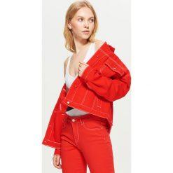 Kurtka jeansowa w czerwonym kolorze - Czerwony. Czerwone kurtki damskie jeansowe marki Cropp, l. Za 129,99 zł.