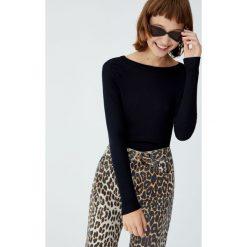 Prążkowana koszulka z długim rękawem. Czarne t-shirty damskie Pull&Bear, prążkowane. Za 39,90 zł.
