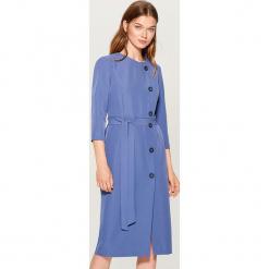 Sukienka midi z wiązaniem w talii - Niebieski. Czerwone sukienki z falbanami marki Mohito, l, w koronkowe wzory. Za 169,99 zł.