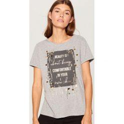 Koszulka z napisem i aplikacją - Jasny szar. Szare t-shirty damskie marki Mohito, l, z aplikacjami. Za 59,99 zł.
