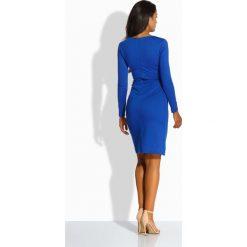 Elegancka dopasowana sukienka chabrowa AMBER. Niebieskie długie sukienki Lemoniade, eleganckie, z okrągłym kołnierzem, z długim rękawem, dopasowane. Za 119,00 zł.