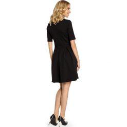 Sukienki balowe: Elegancka sukienka z kontrafałdą – czarna
