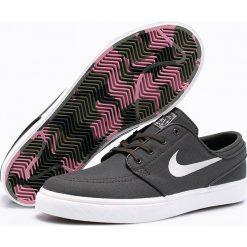 Nike Sportswear - Buty Zoom SB Stefan Janoski CNVS. Różowe halówki męskie marki Nike Sportswear, l, z nylonu, z okrągłym kołnierzem. W wyprzedaży za 299,90 zł.