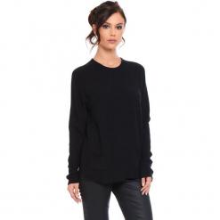 """Sweter """"Jamie"""" w kolorze czarnym. Czarne swetry klasyczne damskie marki Cosy Winter, s, ze splotem, z okrągłym kołnierzem. W wyprzedaży za 181,95 zł."""