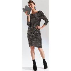 BŁYSZCZĄCA SUKIENKA NA IMPREZĘ. Szare sukienki balowe marki Top Secret, w ażurowe wzory. Za 189,99 zł.