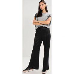 Boyfriendy damskie: Tiger of Sweden Jeans HUSTLE   Spodnie treningowe black