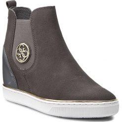 Botki GUESS - Freda FLFRE3 SUE12 GREY. Szare buty zimowe damskie Guess, z materiału, na obcasie. W wyprzedaży za 339,00 zł.