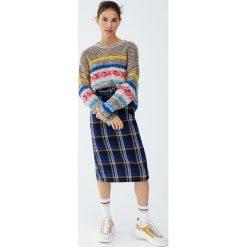 Żakardowy sweter ze wzorami. Brązowe swetry klasyczne damskie marki Pull&Bear, z żakardem. Za 139,00 zł.
