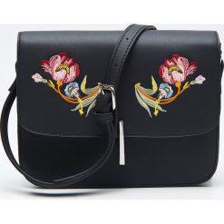 Torebki klasyczne damskie: Torebka na ramię z kwiatowym haftem - Czarny