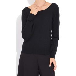 Sweter w kolorze czarnym. Czarne swetry klasyczne damskie marki William de Faye, z kaszmiru, z dekoltem na plecach. W wyprzedaży za 136,95 zł.