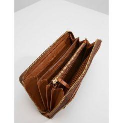 Fossil CAROLINE Portfel saddle. Brązowe portfele damskie marki Fossil. W wyprzedaży za 396,75 zł.