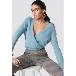 NA-KD Trend Sweter z kopertowym dekoltem - Blue. Białe swetry oversize damskie marki NA-KD Trend, z nadrukiem, z jersey, z okrągłym kołnierzem. Za 121,95 zł.
