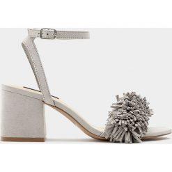 Fantazyjne sandały na średnim obcasie. Czarne sandały damskie marki Pull&Bear, na obcasie. Za 69,90 zł.