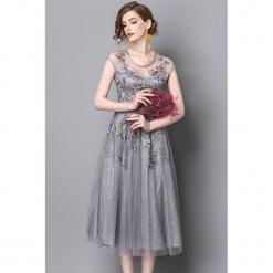 Sukienka w kolorze szaro-srebrnym. Szare sukienki rozkloszowane marki Zeraco, z okrągłym kołnierzem, midi. W wyprzedaży za 379,95 zł.
