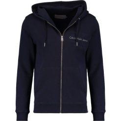 Calvin Klein Jeans HASTO ZIP SLIM FIT Bluza z kapturem blue. Niebieskie bluzy męskie rozpinane marki Calvin Klein Jeans, l, z bawełny, z kapturem. W wyprzedaży za 494,10 zł.