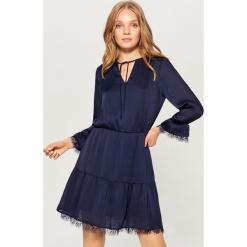 Satynowa sukienka z koronką - Niebieski. Czarne sukienki koronkowe marki bonprix, w koronkowe wzory. Za 149,99 zł.