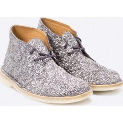 Clarks - Botki. Szare buty zimowe damskie Clarks, z gumy, z okrągłym noskiem, na obcasie, na sznurówki. W wyprzedaży za 199,90 zł.