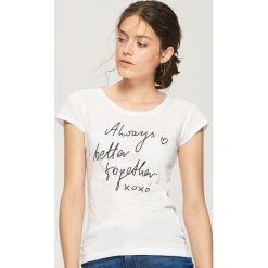 Bawełniana koszulka z napisem - Biały. Białe t-shirty damskie marki Sinsay, l, z napisami. Za 9,99 zł.