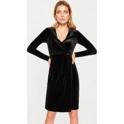 Sukienka z dekoltem - Czarny. Czarne sukienki z falbanami marki Reserved, l. Za 89,99 zł.