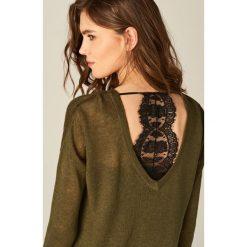 Swetry damskie: Sweter z koronkowym topem – Khaki