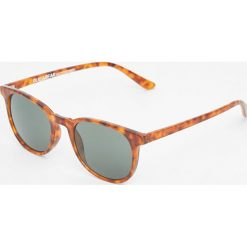 Okulary przeciwsłoneczne z rogowymi oprawkami. Szare okulary przeciwsłoneczne męskie aviatory Pull&Bear. Za 59,90 zł.