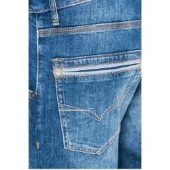 Guess Jeans - Jeansy Cliff. Szare jeansy męskie z dziurami marki Guess Jeans, l, z aplikacjami, z bawełny. W wyprzedaży za 359,90 zł.