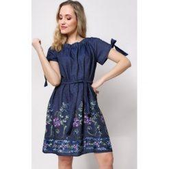 Sukienka jeansowa w stylu carmen. Niebieskie sukienki ciążowe marki SaF, na co dzień, xl, z żakardem, z asymetrycznym kołnierzem, dopasowane. W wyprzedaży za 119,00 zł.