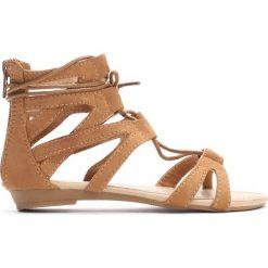 Camelowe Sandały Something Crazy. Brązowe sandały dziewczęce marki Born2be, z materiału, z otwartym noskiem, na zamek. Za 39,99 zł.
