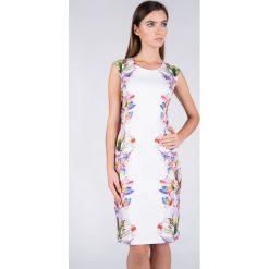 Sukienka w kwiaty QUIOSQUE. Białe sukienki balowe QUIOSQUE, na lato, w kwiaty, z tkaniny, z klasycznym kołnierzykiem, bez rękawów, dopasowane. W wyprzedaży za 59,99 zł.