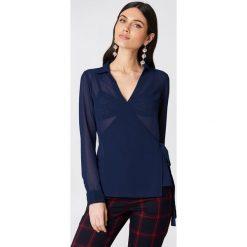NA-KD Kopertowa koszula szyfonowa - Blue,Navy. Niebieskie koszule wiązane damskie marki NA-KD, z poliesteru, z kopertowym dekoltem. Za 100,95 zł.