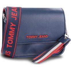 Torebka TOMMY JEANS - Tj Fem Boxy Crossove AW0AW06034 496. Niebieskie listonoszki damskie marki Tommy Jeans, z jeansu. Za 549,00 zł.