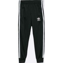 Adidas Originals - Spodnie dziecięce 128-164 cm. Czarne spodnie chłopięce adidas Originals, z dzianiny. W wyprzedaży za 149,90 zł.