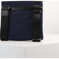 Michael Kors FLAT CROSSBODY Torba na ramię indigo. Niebieskie torby na ramię męskie marki Michael Kors. W wyprzedaży za 377,30 zł.