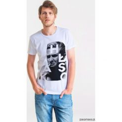 HŁASKO ARTIST Męski T-shirt. Szare t-shirty męskie Pakamera, m, z bawełny, z klasycznym kołnierzykiem. Za 99,00 zł.