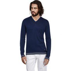 Swetry klasyczne męskie: Sweter w kolorze granatowo-białym