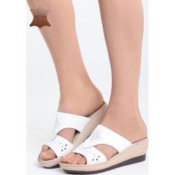 Białe Skórzane Klapki Selfless. Białe klapki damskie marki Born2be, z materiału, na koturnie. Za 99,99 zł.
